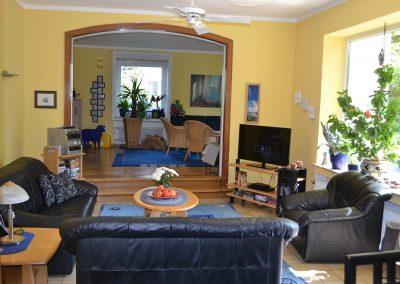 Ein Blick vom Wohnzimmer ins Spielzimmer