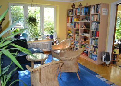 Spiel und Bücherregal